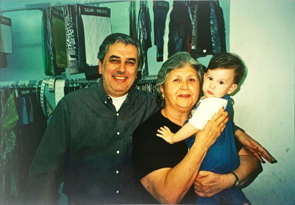 Imagem do segundo filho dos fundadores, Sérgio Saliby, com sua mãe Iracema e seu filho José Victor